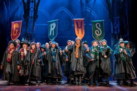 「ハリー・ポッターと呪いの子」のロンドン版舞台(Harry Potter and the Cursed Child London2019―20,photo credit Johan Persson)