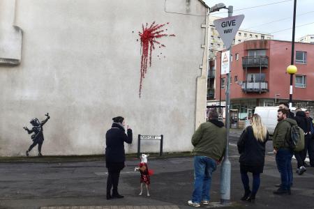 路上芸術家バンクシーの新作と期待される壁画=13日、英ブリストル(ロイター=共同)