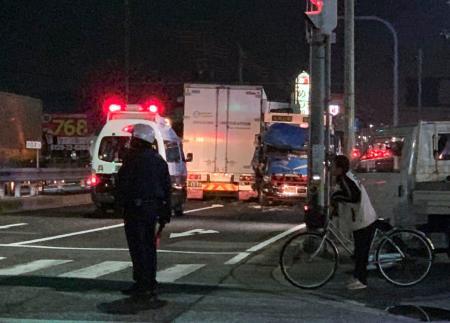 トラックなどが衝突した事故現場=14日午後、兵庫県たつの市(近隣住民提供)