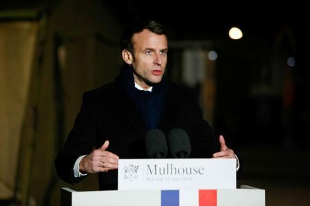 フランス東部ミュルーズに設置された野外病院を訪問後、演説するマクロン大統領=25日(ロイター=共同)