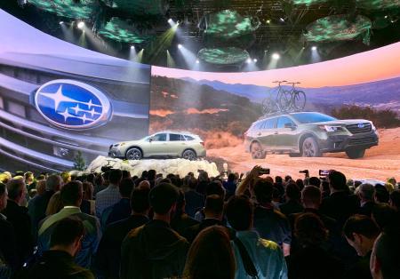 2019年4月、ニューヨーク国際自動車ショーで、大勢の報道陣らが集まったSUBARU(スバル)の発表会場(共同)