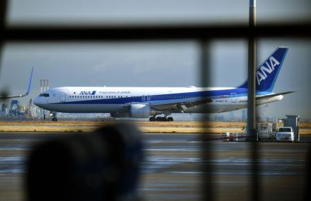 邦人を乗せて中国・武漢から到着した日本政府の全日空チャーター機=1月29日、羽田空港
