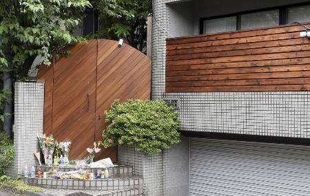 花が供えられた「テラスハウス」の収録現場=25日、東京都内