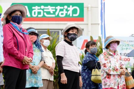 沖縄県議選が告示され、候補者の街頭演説に集まった有権者ら=29日午後、沖縄県大宜味村