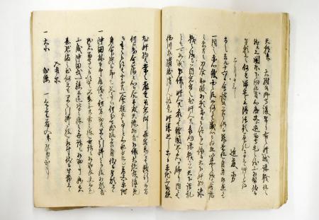 新選組の局長となる近藤勇が書いたとみられる手紙を写した史料。右のページの4行目に日付と近藤の名前、左のページの5~8行目に沖田林太郎についての記載がある=群馬県立文書館