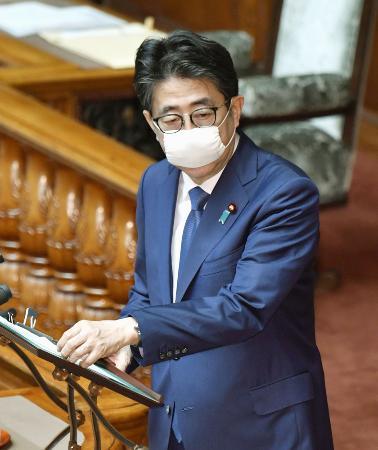 参院本会議で答弁する安倍首相=29日午前