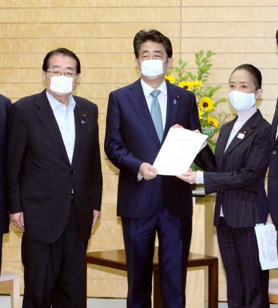 公明党の石田政調会長(左)らから提言を受け取る安倍首相=1日、首相官邸