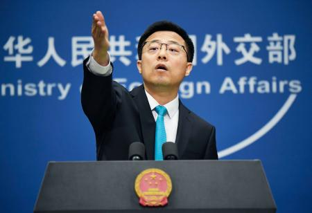 記者会見する中国外務省の趙立堅副報道局長=1日、北京(共同)