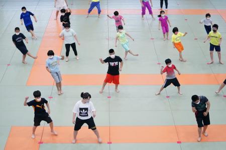マスクを着用し距離を保って柔道の練習をする子供たち=1日午後、東京都文京区の講道館