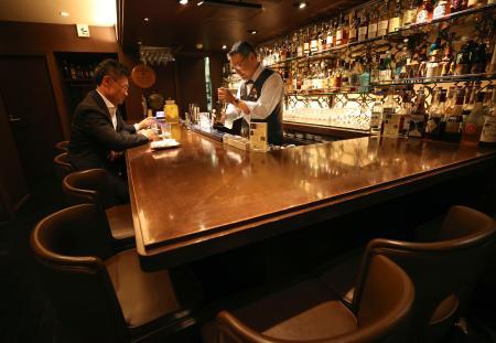 席数を減らすなど新しい営業形態に取り組む、大阪・北新地の「Bar織田」オーナーの織田高央さん(右)=1日夜