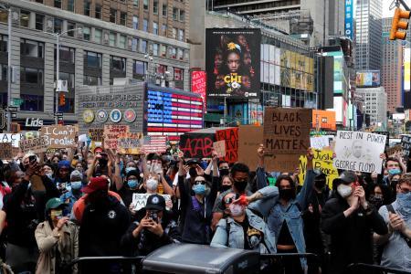 タイムズスクエアで行われた抗議デモ=1日、ニューヨーク(ロイター=共同)