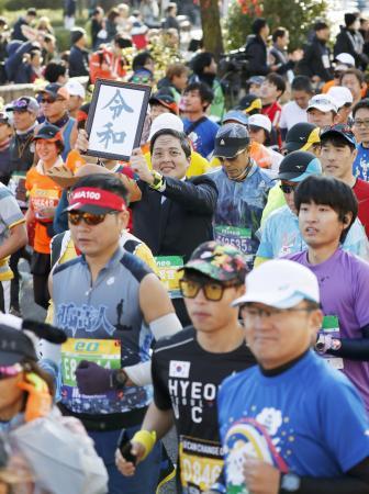 約3万人のランナーが参加した昨年の大阪マラソン=2019年12月、大阪市