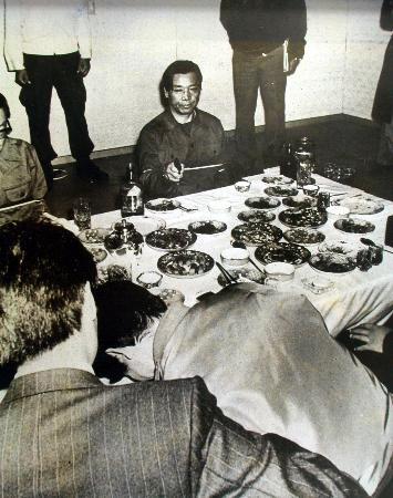 1979年11月、韓国の朴正熙大統領射殺事件で、現場検証に立ち会う実行犯の金載圭KCIA部長(奥中央)ら(聯合=共同)