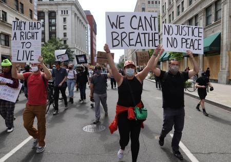 路上で抗議デモを行う市民=2日、ワシントン(ロイター=共同)