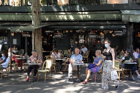 パリのカフェで楽しむ人々=2日(共同)