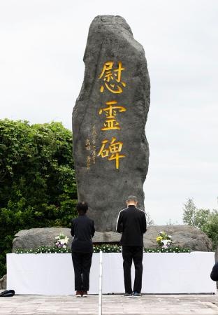 雲仙・普賢岳の大火砕流から29年を迎え、犠牲になった消防団員の慰霊碑に献花する人たち=3日午前、長崎県島原市の島原復興アリーナ
