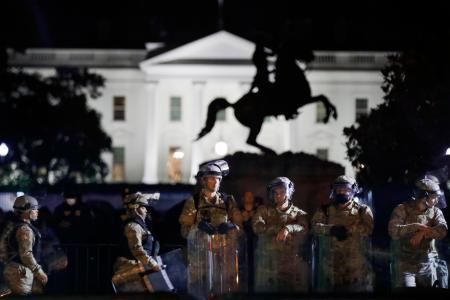 2日、米ホワイトハウス付近で警戒する州兵(AP=共同)
