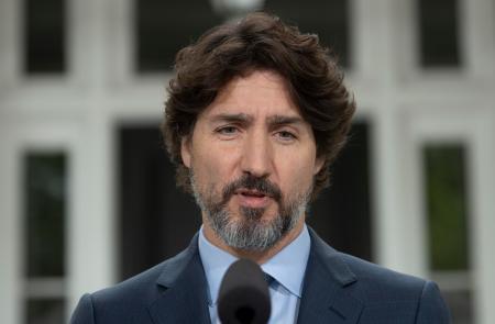 2日、カナダの首都オタワでの記者会見で話すトルドー首相(ADRIAN WYLD/カナダ通信提供、AP=共同)