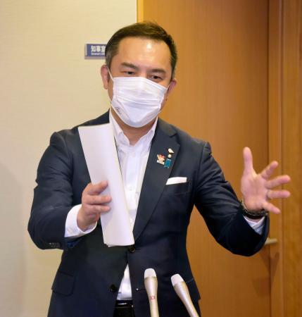 記者団の質問に答える三重県の鈴木英敬知事=3日午後、三重県庁