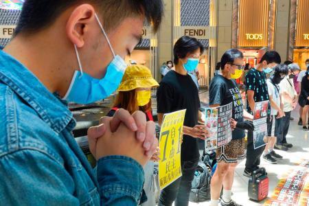 香港中心部のショッピングモールで「香港国家安全維持法」に抗議する人たち=30日(AP=共同)
