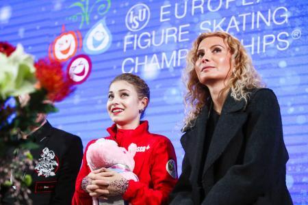 フィギュアスケートの欧州選手権女子で優勝したロシアのアリョーナ・コストルナヤ(左)とエテリ・トゥトベリゼ・コーチ=1月、オーストリア・グラーツ(タス=共同)