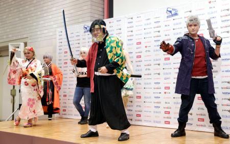 名古屋市で開かれた「世界コスプレサミット」のオープニングセレモニーで、ポーズをとる河村たかし市長(中央)とコスプレーヤー=1日午後