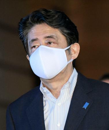 「アベノマスク」とは異なるマスクを着けた安倍首相=1日午後、首相官邸