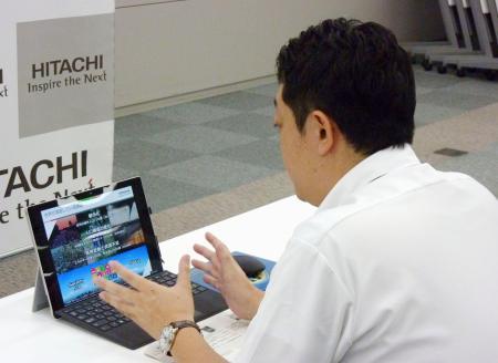 オンラインで企業説明に当たる日立製作所の担当者=1日午後、東京都千代田区