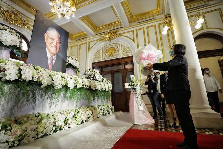 台湾の迎賓館「台北賓館」の追悼場で、李登輝元総統に花を手向ける蔡英文総統=1日、台北(総統府提供・共同)