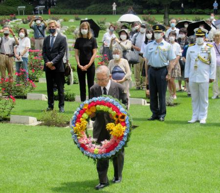 横浜市の英連邦戦死者墓地で献花する日本基督教団の関田寛雄牧師(手前)=1日