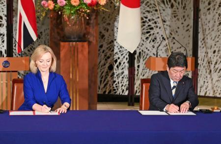 経済連携協定に署名する英国のトラス国際貿易相(左)と茂木外相=23日、東京都港区の飯倉公館(代表撮影)
