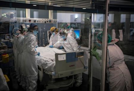 19日、スペイン・バルセロナの病院で治療を受ける新型コロナウイルス感染者(AP=共同)